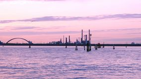 Panorama da área industrial perto do canal do mar no crepúsculo vídeos de arquivo