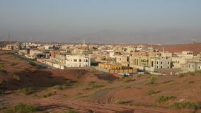Panorama da área residencial com construção em Ras al Khaimah, Emiratos Árabes Unidos UAE video estoque
