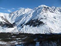 Panorama da altura do voo dos aviões no vale da montagem fotos de stock