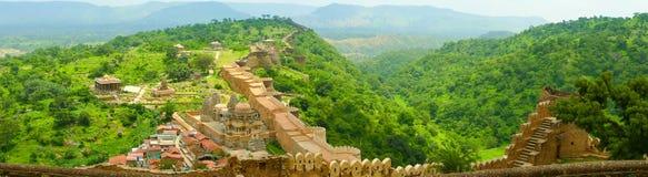 Panorama da antena da parede do forte de Kumbhalgarh Imagens de Stock Royalty Free