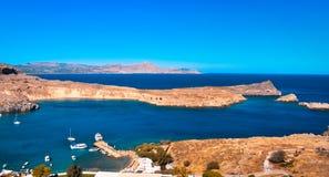 panorama da baía de Lindos da acrópole os iate são arround de cruzamento fotos de stock royalty free
