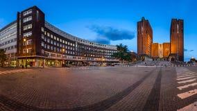 Panorama da câmara municipal de Oslo e do Fridtjof Nansens Plass na véspera fotografia de stock royalty free