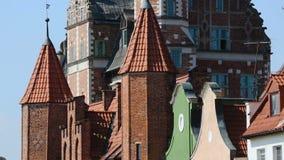 Panorama da casa bonita do tijolo da sociedade da ciência natural em Gdansk video estoque