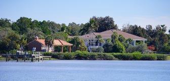 Panorama da casa de praia luxuosa com doca do barco imagem de stock royalty free