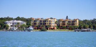 Panorama da casa de praia luxuosa com doca do barco fotografia de stock
