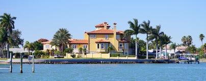 Panorama da casa de praia luxuosa com doca do barco imagens de stock
