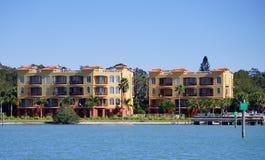 Panorama da casa de praia luxuosa com embarcadouro imagem de stock royalty free