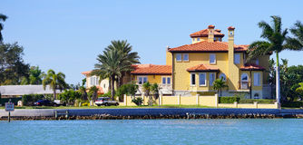 Panorama da casa de praia luxuosa com embarcadouro fotografia de stock royalty free