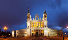 Panorama da catedral de Almudena no Madri Imagens de Stock