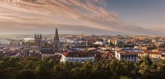 Panorama da catedral e da cidade de Burgos no nascer do sol Imagens de Stock Royalty Free