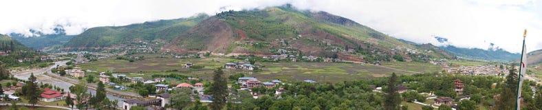 Panorama da cidade butanesa de Paro foto de stock royalty free