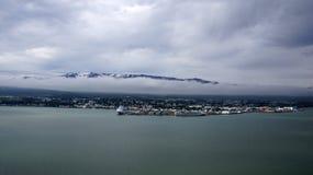 Panorama da cidade de Akureyri em Islândia imagens de stock