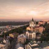 Panorama da cidade de Kiev com uma vista do rio de Dnieper, dos distritos históricos e industriais da cidade e fotos de stock