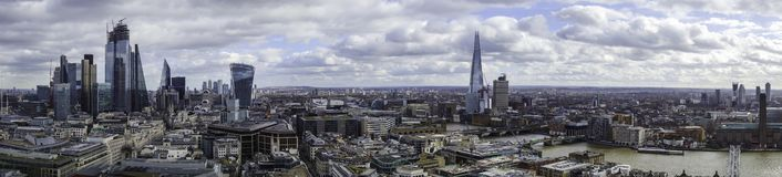 Panorama da cidade de Londres e do banco sul da parte superior da catedral dos pauls do st foto de stock royalty free
