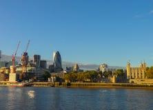 Panorama da cidade de Londres Vista do banco esquerdo de Londres, do banco direito da Tamisa fotos de stock royalty free
