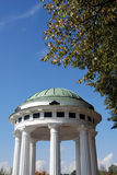 Panorama da cidade de Yaroslavl, mandril decorado pelas colunas brancas Fotos de Stock Royalty Free