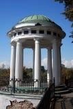 Panorama da cidade de Yaroslavl, mandril decorado pelas colunas brancas Imagens de Stock