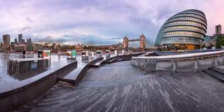 Panorama da cidade Hall Building de Londres e da ponte da torre no Mo Imagem de Stock