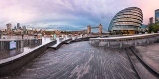 Panorama da cidade Hall Building de Londres e da ponte da torre no Mo Fotografia de Stock Royalty Free