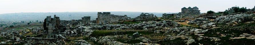 Panorama da cidade inoperante abandonada arruinada Serjilla em Síria imagem de stock