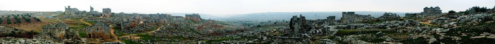 Panorama da cidade inoperante abandonada arruinada Serjilla em Síria foto de stock