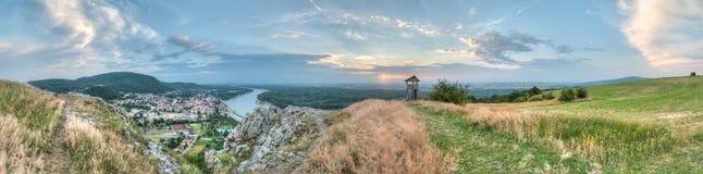 Panorama da cidade pequena e do país do monte Imagens de Stock Royalty Free