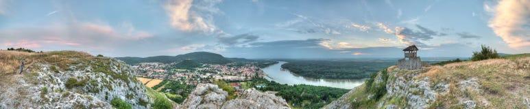 Panorama da cidade pequena e do país do monte Fotografia de Stock