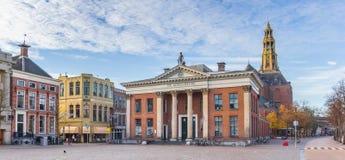 Panorama da construção de troca da grão e da torre de igreja no mercado dos peixes em Groningen fotografia de stock royalty free