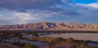 Panorama da cordilheira e da comunidade do deserto perto do mar de Salton, CA fotos de stock