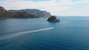 Panorama da costa ao oceano de cima de Vista aérea do barco Praia surpreendente com turquesa e o mar transparente emerald video estoque