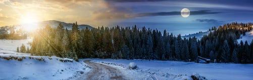 Panorama da estrada nevado através da floresta spruce nas montanhas Imagem de Stock