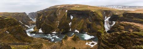 Panorama da garganta do rgljúfur do ¡ de Fjaðrà em Islândia imagens de stock