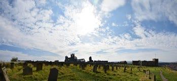 Panorama da igreja de St Mary, Whitby, Reino Unido imagem de stock