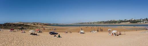 Panorama da lagoa de Oualidia da praia na mesma vila do nome em Atlant Fotografia de Stock Royalty Free