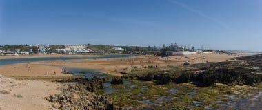 Panorama da lagoa de Oualidia da praia na mesma vila do nome em Atlant Imagem de Stock