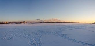 Panorama da liga metalúrgica de Novolipetsk Vista do gelo do rio Voronezh Fotografia de Stock Royalty Free
