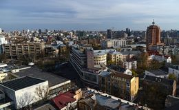 Panorama da mola da skyline de Kiev de um bird& x27; opinião do s-olho fotografia de stock