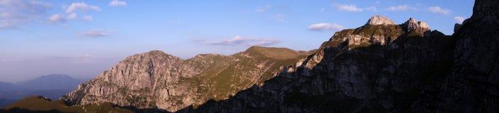 Panorama da montagem Bucsoiu e da montagem Padina Crucii das montanhas de Bucegi Foto de Stock