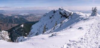 Panorama da montanha com alpinistas, no inverno fotos de stock
