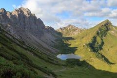 Panorama da montanha com cabana alpina foto de stock