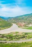 Panorama da montanha com campo verde e o céu azul Foto de Stock Royalty Free
