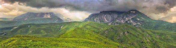 Panorama da montanha com nuvens Imagem de Stock