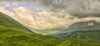 Panorama da montanha com nuvens Fotografia de Stock