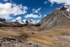 Panorama da montanha como visto do passeio na montanha de Ausangate, montanhas de Andes, Peru imagens de stock