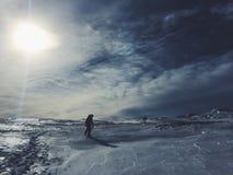 Panorama da montanha da neve e céu azul fotos de stock