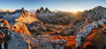 Panorama da montanha das dolomites em Itália no por do sol - Tre Cime di Lav fotografia de stock