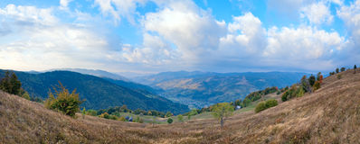 Panorama da montanha do país da manhã do outono Foto de Stock Royalty Free