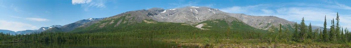 Panorama da montanha grande no norte de Rússia Imagem de Stock
