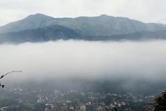 Panorama da névoa da aldeia da montanha, opinião nevoenta da vila, montanha foto de stock royalty free