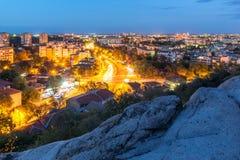 Panorama da noite da cidade de Plovdiv do monte do tepe de Nebet Imagens de Stock